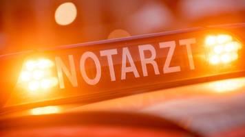 rettungswagen prallt gegen höhenbegrenzung: schwerverletzte