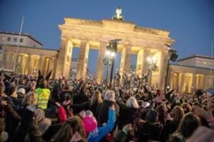 one billion rising: tanzdemo gegen gewalt an mädchen und frauen
