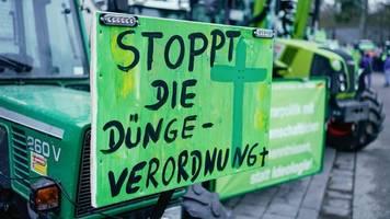 500 menschen demonstrieren mit traktoren gegen agrarpolitik