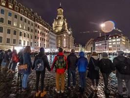 Gedenken an Bombardierung: Tausende Dresdener bilden Menschenkette