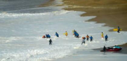 auf dem jetski: surfer verunfallt in riesen-wellen schwer