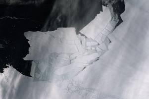 dieses zeitraffer-video zeigt, wie ein riesiger eisberg in antarktis abbricht