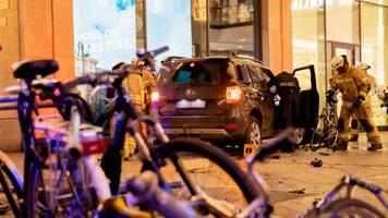 Vor Shopping-Center: SUV gerät in Berlin auf Fußweg - ein Verletzter