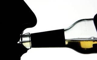 wirksamere strategie gefordert: grüne wollen härteren kurs gegen alkoholmissbrauch