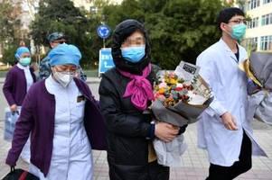 Blumen zur Entlassung: Geheilte Patienten verlassen Klinik in China