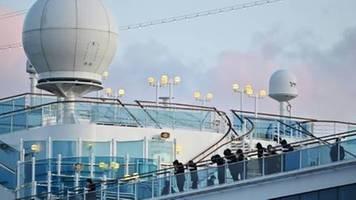 Passagiere gehen von Bord der Diamond Princess