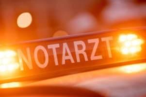 unfälle: auto fährt gegen garage: fahrer lebensgefährlich verletzt