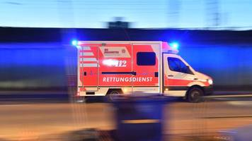 zwei autofahrer nach frontalzusammenstoß in lebensgefahr