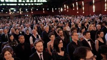 Schweigeminute: 70. Berlinale eröffnet - Gedenken für Opfer von Hanau