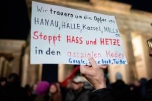 Kriminalität: Hanau: Hunderte Menschen bei Mahnwache am Brandenburger Tor