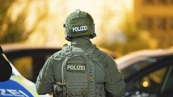 Täter auf der Flucht: Acht Menschen sterben durch Schüsse in Hanau