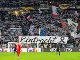 idioten stören schweigeminute: eintracht-fans rufen kollektiv nazis raus