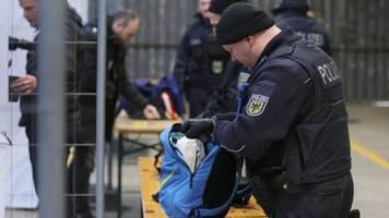 News von heute: Polizei fängt neun Rechtsextremisten am Dortmunder Flughafen ab