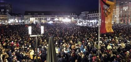 Tausende trauern auf dem Hanauer Marktplatz
