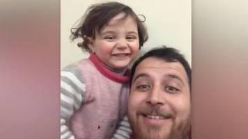 Umkämpftes Idlib: Gegen das Trauma: Syrischer Vater und Tochter lachen über Bombenexplosionen