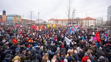 Nach Terroranschlag: 6000 bei Demo gegen Hass in Hanau - Grüne wollen Aktionsplan