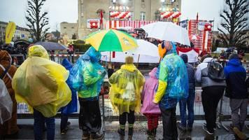 Regenschirm zum Kostüm nicht vergessen