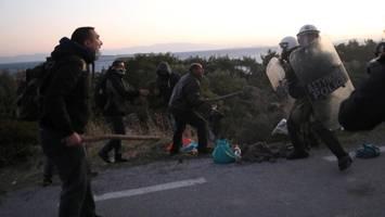 Demonstration gegen Flüchtlingslager eskaliert