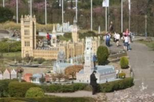 zollstation errichtet: miniaturenpark in brüssel reagiert auf den brexit