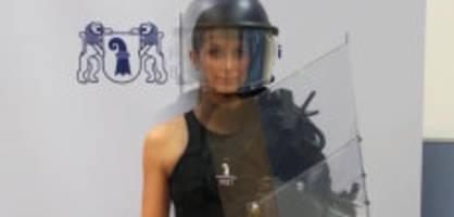 Vollmontur im Ordnungsdienst: Wie viele Kilo Ausrüstung trägt diese Polizistin?