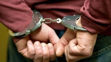 polizei nimmt einbrecher fest: haftbefehl