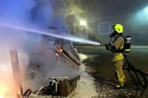pinneberg: brandstifter zünden sperrmüll an, beschädigen gebäude