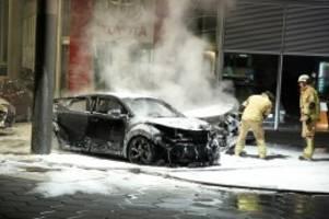 brandstiftung: mehrere autos und zapfsäule angezündet