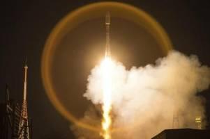 für schnelles internet: rakete bringt satelliten ins all