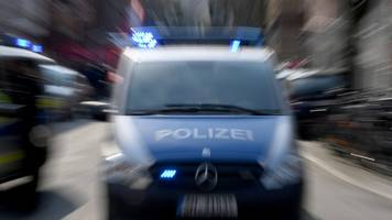 verbote wegen coronavirus: polizei sperrt boxhagener platz