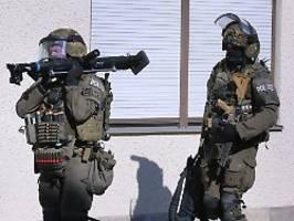 sek-einsatz in augsburg: mann attackiert passanten mit machete