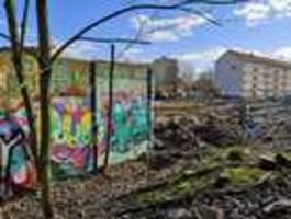 großes stück berliner mauer für neue wohnungen abgerissen