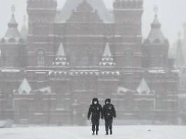 lohn ohne arbeit im april: putin schickt alle russen in zwangsurlaub