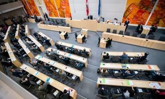 Plexiglas im Parlament, (viele) Abgeordnete mit Mundschutz