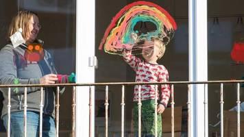 Solidaritätsaktion in Corona-Zeiten: Regenbogen als Zeichen für Leidensgenossen: Hier wohnt auch ein isoliertes Kind!