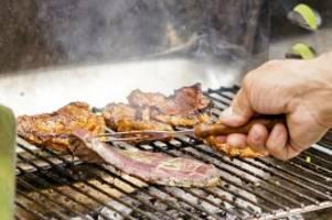 Ausgangsbeschränkungen: Grillen zu Ostern: Ist das auf dem Balkon erlaubt?