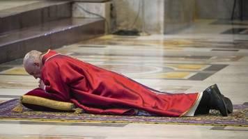 emotional bewegendes ritual: papst franziskus beginnt mit karfreitag-riten