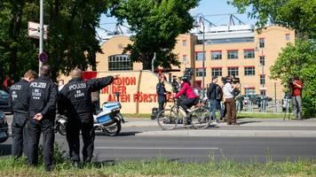 Vor Spielbeginn: Polizei löste kleinere Versammlung auf