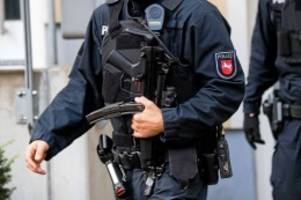 Niedersachsen: Mann springt bei SEK-Einsatz aus Fenster – schwer verletzt