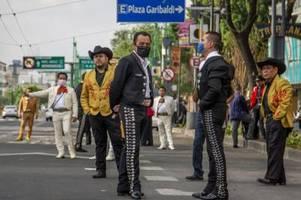 ständchen gegen spende: mariachis in mexiko bitten um hilfe
