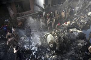 fast 100 tote bei flugzeugabsturz in pakistan – zwei menschen aus der maschine überleben