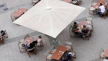 branchenumfrage: corona-regeln: viele restaurantbesucher brauchen nachhilfe