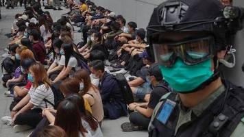 umstrittenes gesetz: polizei sichert hongkongs parlament für sitzung