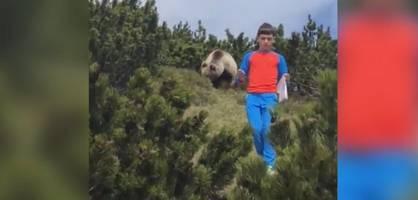 Plötzlich läuft ein Bär hinter dem Jungen her