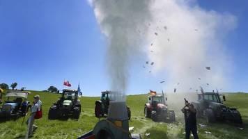 milchbauern protestieren mit pulverwolke gegen einlagerungen