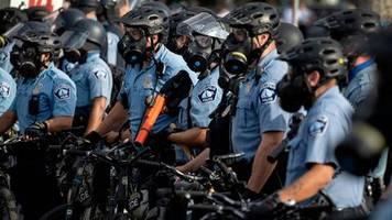 +++ Newsticker +++: Nach Tod von George Floyd: Polizist festgenommen und des Mordes angeklagt