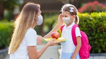 tweets der woche: das kind hat seine atemschutzmaske zu hause vergessen. der turnbeutel des 21. jahrhunderts ...