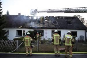 Polizei und Feuerwehr: Blaulicht-Blog: Doppelhaushälfte in Spandau in Flammen