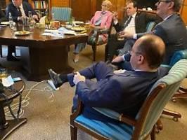 Von wegen Corona-Regeln: Rumäniens Premier Orban feiert Büro-Party