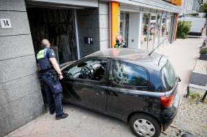 Hamburg: Schon wieder Waitzstraße: Frau fährt mit Pkw in Hauseingang