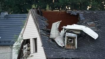 Stromleitung touchiert: Kleinflugzeug stürzt in Dach